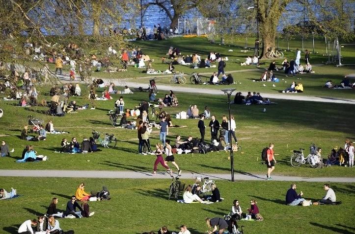 Όλοι οι Σουηδοί στα καφέ και τα πάρκα