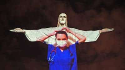 Έντυσαν το άγαλμα του Χριστού στο Ρίο γιατρό!