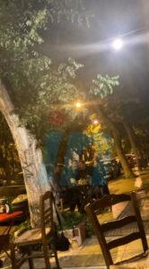 Βανδή - Μπισμπίκης: Αγκαλιασμένοι σε κουτούκι στα Εξάρχεια