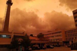 Απόκοσμες εικόνες στην Αθήνα. Ο ουρανός έγινε κόκκινος!