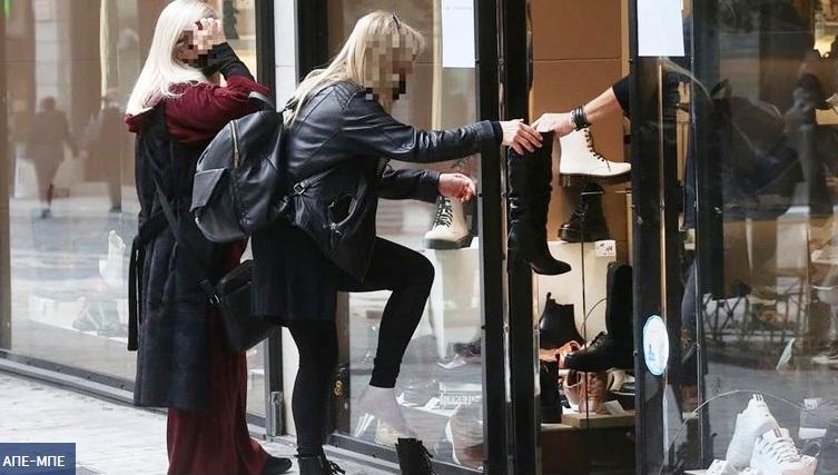 Click away: Γυναίκα δοκιμάζει παπούτσια στο... πεζοδρόμιο!