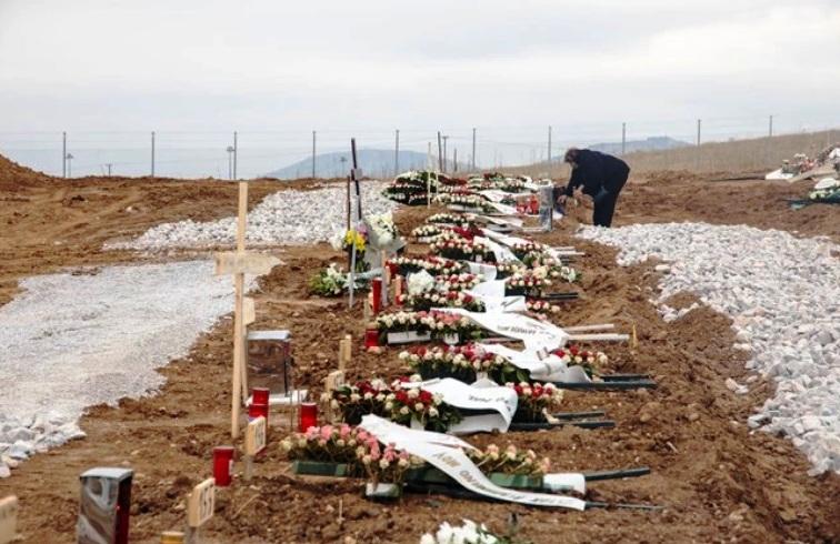 Θεσσαλονίκη - Ανοίγουν δεκάδες τάφους για τα θύματα - Εικόνες σοκ