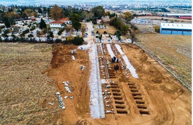 Ανοίγουν δεκάδες τάφους για τα θύματα - Εικόνες σοκ